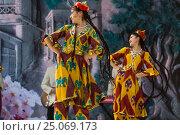 Купить «Девушки из фольклорно-танцевального ансамбля в национальной таджикской одежде выступает на сцене во время празднования Навруза в парке города Худжанд, Республика Таджикистан», фото № 25069173, снято 21 марта 2015 г. (c) Николай Винокуров / Фотобанк Лори