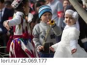 Таджикские дети танцуют на празднике в городе Худжанд, Согдийская область, Республика Таджикистан (2015 год). Редакционное фото, фотограф Николай Винокуров / Фотобанк Лори