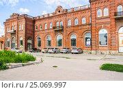 Купить «Пригородный вокзал на площади Восстания в Таганроге», фото № 25069997, снято 16 июля 2015 г. (c) Алёшина Оксана / Фотобанк Лори