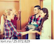 Happy guests in doorway. Стоковое фото, фотограф Яков Филимонов / Фотобанк Лори