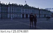Time-lapse photography of young couple on the background of the Hermitage in St. Petersburg (2016 год). Редакционное видео, видеограф Владимир Ковальчук / Фотобанк Лори