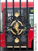 Купить «England, London, Greenwich, wrought iron entrance gate close the Royal Naval College.», фото № 25075361, снято 20 мая 2013 г. (c) mauritius images / Фотобанк Лори