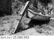 Купить «Old abandoned dry wooden fishing boat», фото № 25080993, снято 20 августа 2016 г. (c) EugeneSergeev / Фотобанк Лори