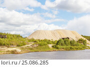 Купить «Песчаный холм насыпан для погрузки в машины», фото № 25086285, снято 18 мая 2015 г. (c) Дмитрий Тищенко / Фотобанк Лори