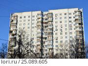Купить «Шестнадцатиэтажный двухподъездный панельный жилой дом серии П-3, построен в 1977 году. Егерская улица, 1. Район Сокольники. Москва», эксклюзивное фото № 25089605, снято 6 февраля 2017 г. (c) lana1501 / Фотобанк Лори
