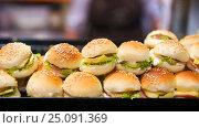 Купить «Минибургеры на витрине пекарни. Белград, Сербия», фото № 25091369, снято 19 марта 2016 г. (c) Охотникова Екатерина *Фототуристы* / Фотобанк Лори