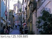 Купить «Narrow street in St Tropez, France», фото № 25109885, снято 15 августа 2018 г. (c) Nature Picture Library / Фотобанк Лори