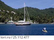 Купить «Yacht anchored in a Caribbean harbour with a man in a kayak in the foreground.», фото № 25112477, снято 19 июля 2018 г. (c) Nature Picture Library / Фотобанк Лори