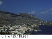 Купить «Lipari town with castle on island of the same name. Lipari is the main island of the seven Aeolian islands, Italy. In the background is Vulcano.», фото № 25118981, снято 15 декабря 2017 г. (c) Nature Picture Library / Фотобанк Лори