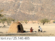 Купить «Himba family beside traditional mud hut, Marienfluss Valley during the dry season. Kaokoland, Namibia. October 2015», фото № 25140485, снято 24 сентября 2018 г. (c) Nature Picture Library / Фотобанк Лори