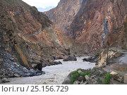 Купить «Pyandzh River Gorge along the border between Tajikistan (right) - Afghanistan (left) Badakhshan Region, Pamir Mountains, Central Asia. June.», фото № 25156729, снято 16 августа 2018 г. (c) Nature Picture Library / Фотобанк Лори