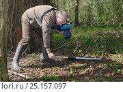 Купить «Keith Cohen using a radiotracker to locate a radio-collared Edible / Fat Dormouse (Glis glis) hibernating in its underground burrow in woodland where this...», фото № 25157097, снято 19 августа 2018 г. (c) Nature Picture Library / Фотобанк Лори