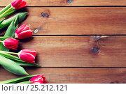 Купить «close up of tulip flowers on wooden table», фото № 25212121, снято 28 января 2016 г. (c) Syda Productions / Фотобанк Лори
