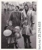 Две молодые женщины с детьми гуляют по городу, 1970-е годы. Редакционное фото, фотограф Илюхина Наталья / Фотобанк Лори