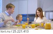 Купить «Happy family in kitchen», видеоролик № 25221413, снято 18 января 2020 г. (c) Raev Denis / Фотобанк Лори