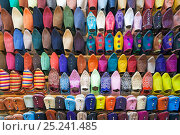 Купить «Soft leather Moroccan slippers in the Souk, Medina, Marrakech, Morocco, 2011», фото № 25241485, снято 20 августа 2018 г. (c) Nature Picture Library / Фотобанк Лори