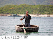 Купить «Round coracle syle fishing boat in Baie du Cumon, Vietnam November 2011», фото № 25244101, снято 2 апреля 2020 г. (c) Nature Picture Library / Фотобанк Лори