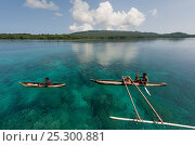 Papua New Guinean islanders paddling their dugout canoes to trade fresh vegetables. They will come back with instant noodles, rice, soap and other groceries... Стоковое фото, фотограф Jurgen Freund / Nature Picture Library / Фотобанк Лори