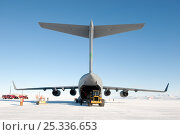 Купить «Unloading equipment from the US Military aeroplane, C17 Globemaster, parked on the Pegasus White Ice Runway, McMurdo Sound, Ross Sea, Antarctica, November 2008», фото № 25336653, снято 22 июля 2018 г. (c) Nature Picture Library / Фотобанк Лори