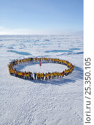 Tourists standing in a circle around the North Pole, July 2008. Стоковое фото, фотограф Sue Flood / Nature Picture Library / Фотобанк Лори