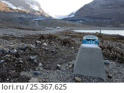 Купить «Marker showing where the Athabasca Glacier ended in 1948, the glacier now far in the distance, Columbia Icefield, Jasper National Park, Rocky Mountains, Alberta, Canada, September 2009», фото № 25367625, снято 17 июля 2019 г. (c) Nature Picture Library / Фотобанк Лори