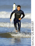 Купить «Surfer running out of the ocean with surfboard.», фото № 25409597, снято 15 августа 2018 г. (c) Nature Picture Library / Фотобанк Лори