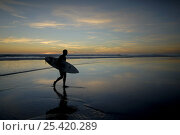 Купить «Surfer carrying surfboard up beach silhouetted at sunset, Sandymouth bay, Cornwall, UK», фото № 25420289, снято 27 мая 2018 г. (c) Nature Picture Library / Фотобанк Лори
