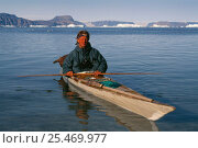 Photographer Staffan Widstrand in inuit eskimo kayak, Thule, Greenland. Редакционное фото, фотограф Staffan Widstrand / Nature Picture Library / Фотобанк Лори