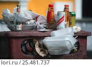 Купить «Rubbish overflowing from street bin, Bristol, England», фото № 25481737, снято 25 мая 2018 г. (c) Nature Picture Library / Фотобанк Лори