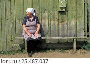 Купить «Woman sitting outside wooden house, Rougir village, Olhkon Is, Lake Baikal, Siberia, Russia», фото № 25487037, снято 26 июня 2019 г. (c) Nature Picture Library / Фотобанк Лори