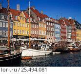 Купить «Nyhavn Waterfront District with cafes and restaurants Copenhagen, Denmark», фото № 25494081, снято 25 мая 2018 г. (c) Nature Picture Library / Фотобанк Лори