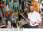 Купить «Man selecting axe in household store», фото № 25506453, снято 17 июля 2018 г. (c) Яков Филимонов / Фотобанк Лори
