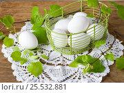 Белые куриные яйца в корзине на салфетке на столе. Стоковое фото, фотограф Елена Лобовикова / Фотобанк Лори