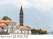 Bell tower in Perast town, Montenegro. Italian style architecture. Old town view with mountains at background. (2016 год). Стоковое фото, фотограф Евгений Пидеркин / Фотобанк Лори