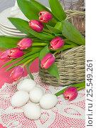 Куриные яйца, тюльпаны в корзине на столе к Пасхе. Стоковое фото, фотограф Елена Лобовикова / Фотобанк Лори
