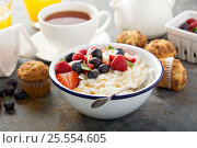 Rice pudding with fresh berries and coconut for breakfast. Стоковое фото, фотограф Елена Веселова / Фотобанк Лори
