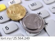 Купить «Российские монеты лежат на калькуляторе», эксклюзивное фото № 25564249, снято 14 февраля 2017 г. (c) Юрий Морозов / Фотобанк Лори