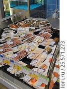 Купить «Рыбный отдел в супермаркете», эксклюзивное фото № 25571273, снято 16 февраля 2017 г. (c) Юрий Морозов / Фотобанк Лори
