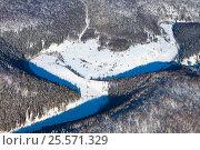 Snowy canyon in winter wooded hills, top view. Стоковое фото, фотограф Владимир Мельников / Фотобанк Лори