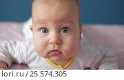 Thoughtful baby looking attentevly to the camera. Close up portrait. Стоковое видео, видеограф Павел Котельников / Фотобанк Лори