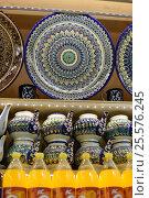 Узбекские тарелки на полке в магазине, эксклюзивное фото № 25576245, снято 16 февраля 2017 г. (c) Юрий Морозов / Фотобанк Лори