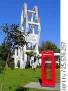 Традиционная лондонская телефонная будка на фоне здания кафе Гарденс в городе Батуми, Грузия (2016 год). Редакционное фото, фотограф Артём Крылов / Фотобанк Лори