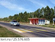 Полицейский автомобиль перед пешеходным переходом на автомобильной трассе в Воронежской области, фото № 25576605, снято 11 сентября 2014 г. (c) Free Wind / Фотобанк Лори