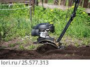 Tiller plow land. Стоковое фото, фотограф Мария Северина / Фотобанк Лори