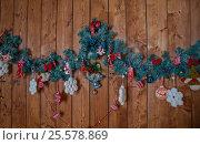 Украшение из веток и игрушек на деревянном фоне. Стоковое фото, фотограф Elena Kucherenko / Фотобанк Лори