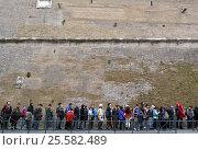 Очередь в музеи Ватикана вдоль стены. Рим (2014 год). Редакционное фото, фотограф Николай Гусев / Фотобанк Лори