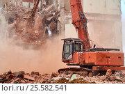 Купить «Экскаватор сносит дом в Москве», фото № 25582541, снято 12 февраля 2017 г. (c) Георгий Дзюра / Фотобанк Лори