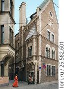 Купить «Посольство Дании на пересечении улиц Акла и Пилс. Старая Рига, Латвия», фото № 25582601, снято 27 июля 2015 г. (c) Bala-Kate / Фотобанк Лори