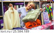 Купить «female shopper buying multiple items», видеоролик № 25584189, снято 8 декабря 2016 г. (c) Яков Филимонов / Фотобанк Лори