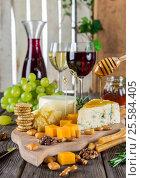 Сыр с бокалом вина. Стоковое фото, фотограф Ирина / Фотобанк Лори